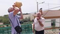 Ubaldo y Miguel bebiendo un trago en la procesión de Valcabado de Roa en agosto de 2012